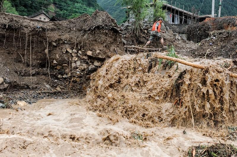 Тяньшуй, Китай, 28 липня. Зливові дощі викликали сильні зсуви в різних частинах міста привівши до загибелі 22 людей. Фото: ChinaFotoPress/Getty Images
