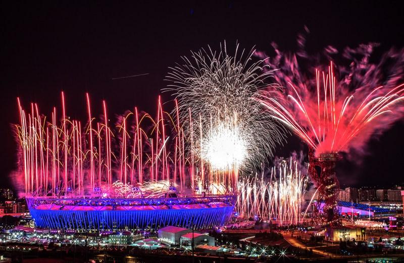 Лондон, Англия, 27 июля. Фейерверком на Олимпийском стадионе открылись 30-е Олимпийские игры. В течение 17 дней 10500 атлетов будут соревноваться в 26 видах спорта. Фото: Daniel Berehulak/Getty Images