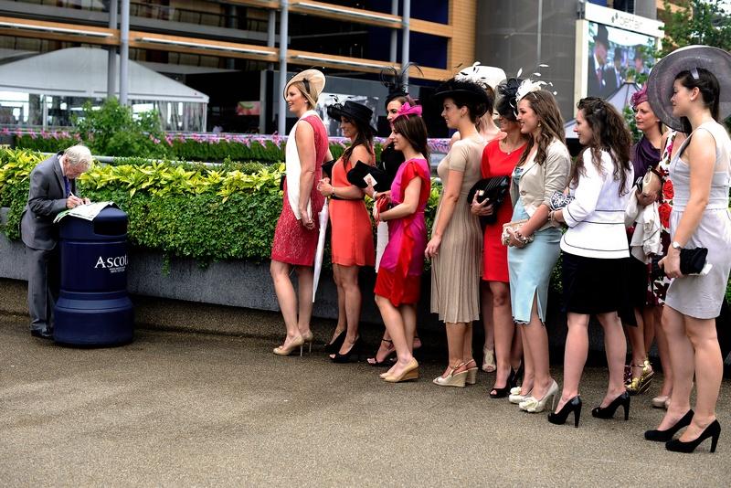 Ескот, Англія, 21 червня. Прибуття учасниць «Дня леді», який проводиться в рамках королівських перегонів. Фото: Alan Crowhurst/Getty Images