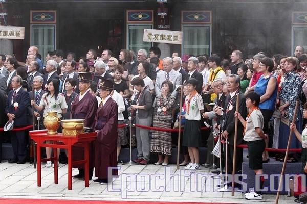 Пышная церемония привлекла внимание многих зрителей, включая и иностранцев. Тайбэй, Тайвань. 28 сентября 2009 год. Фото: The Epoch Times