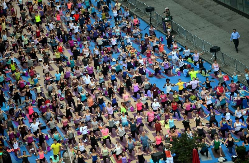 Нью-Йорк, США, 20 червня. День літнього сонцестояння відзначили на Таймс-сквер масовими заняттями йогою. Фото: EMMANUEL DUNAND/AFP/Getty Images
