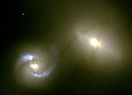 9 січня 2001 р. Канал між галактиками. *Хаббл* відобразив рідкісне явище: дві галактики, які сполучено каналом. Фото: NASA, William C. Keel (University of Alabama, Tuscaloosa)