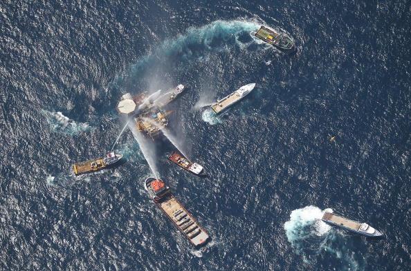 Взрыв нефтяной платформы в Мексиканском заливе подтверждает опасность добычи нефти в море. Фото: Mario Tama/Getty Images