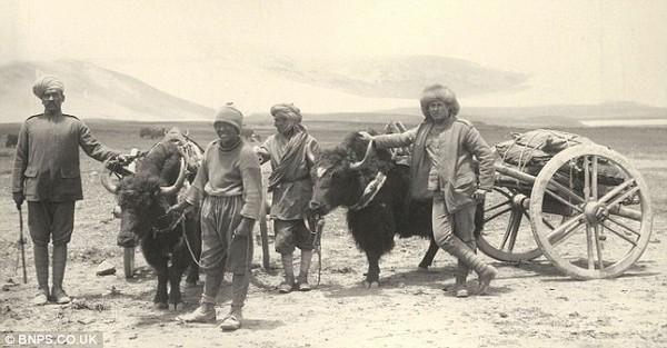 Сикхській і британський офіцер із тибетським провідником. Історичні фото Тибету. 1903 рік. Фото з dailymail.co.uк