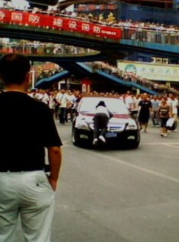 Перевёрнутый автомобиль начальника префектуры. Фото: С сайта epochtimes.com