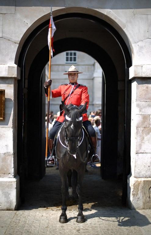 Лондон, Англия, 23мая. Королевская канадская конная полиция готовится к началу конного парада в рамках празднования 60-летия правления королевы Елизаветы II. Фото: Peter Macdiarmid/Getty Images