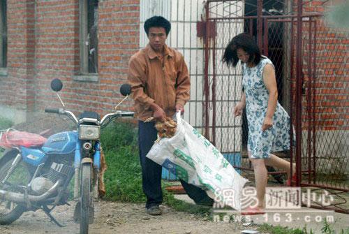 Пятеро мотоциклистов наняты боссом для покупки дохлой птицы