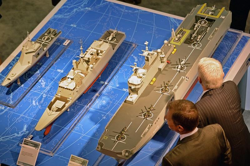 Сингапур, 14 мая. Посетители рассматривают модели кораблей на Международной военно-морской выставке. Фото: ROSLAN RAHMAN/AFP/Getty Images