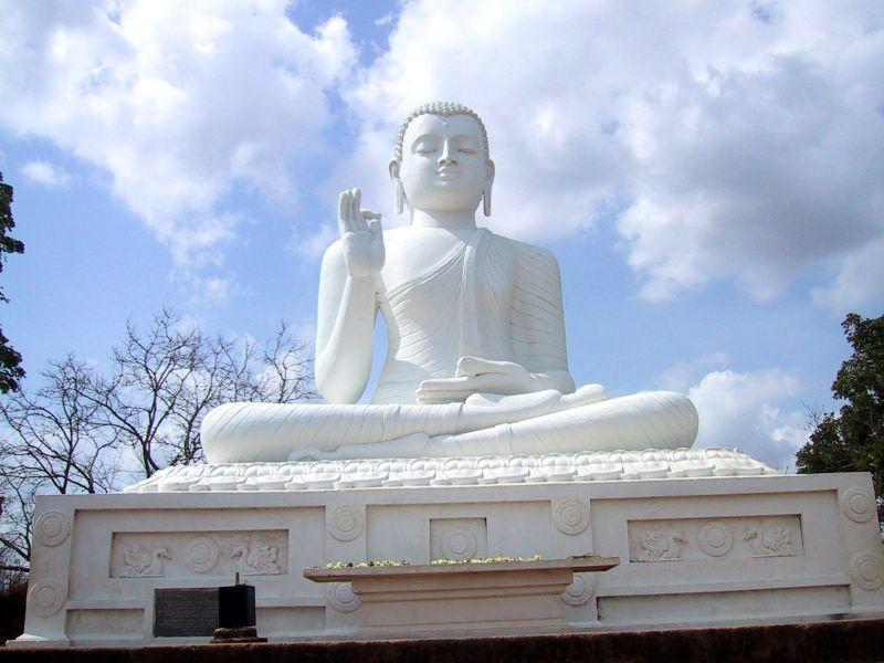 На острові дуже багато статуй Будди. Фото: Prince Roy/Flickr
