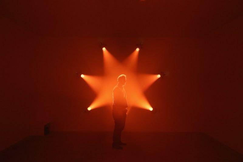 Лондон, Англия, 29 января. В галерее Говарда открылась международная выставка «Световое шоу». На фото — инсталляция «Роза». Фото: Oli Scarff/Getty Images