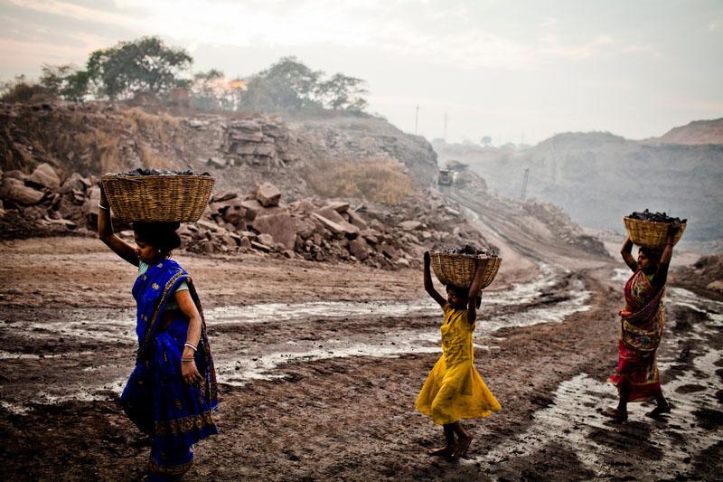 Жінки несуть наповнені вугіллям кошики. Фото: Daniel Berehulak/Getty Images