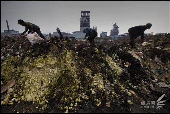 Химические отходы промышленного района Тайсин экономически развитой восточной провинции Цзянсу сбрасываются на дамбу реки Янцзы. 15 мая 2009 год. Фото: Лу Гуан