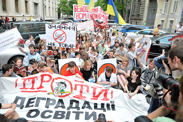 Студенты сели на асфальт возле АП во время акции протеста против законопроекта «О высшем образовании» 25 мая в Киеве. Фото: Владимир Бородин/The Epoch Times