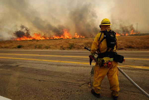 Пожары бушуют в Калифорнии. Фоторепортаж. Фото: Kevork Djansezian/Getty Images