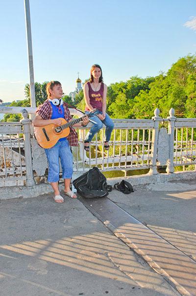 Музыканты при входе на Монастырский остров. Фото: Елена Колодина/The Epoch Times Украина