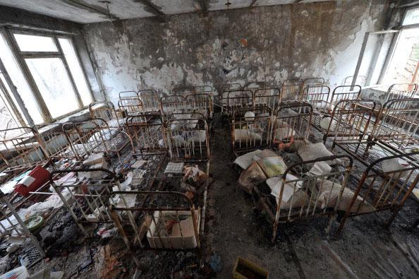Кровати в детском саду города Припять 4 апреля 2011 года. (SERGEI SUPINSKY/AFP/Getty Images)