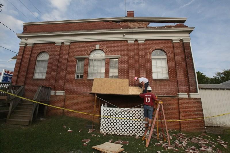 Рабочие начали ремонт здания мэрии в г. Минерале, штата Вирджиния 24 августа после землетрясения 23 августа 2011. Фото: Scott Olson / Getty Images