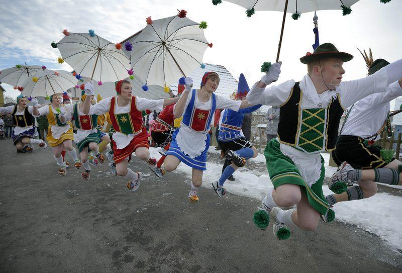 Хербштайн, Німеччина, 11 лютого. Жителі веселяться під час «параду стрибків» на святі «Рожевий понеділок», що є кульмінацією періоду карнавалів у країні Фото: Thomas Lohnes/Getty Images
