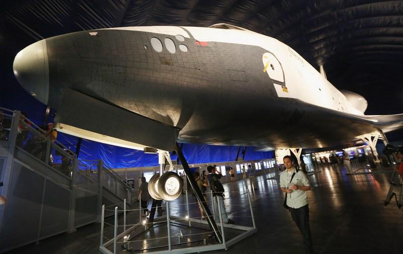 Нью-Йорк, США, 18 июля. Шаттл «Энтерпрайз» установлен на палубе музея-авианосца Intrepid («Отважный»), стоящего на якоре в порту Манхэттена. Фото: Mario Tama/Getty Images