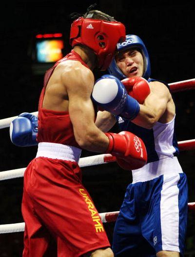 Украинский боксер Василий Ломаченко победил нокаутом в первом раунде финального боя Хедафи Джельхира из Франции. Фото: AFP/Getty Images