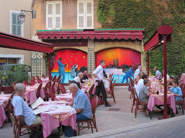 На террассе ресторана рядом с памятником Мишелю Нострадамусу. Фото:Ирина Лаврентьева/Великая Эпоха