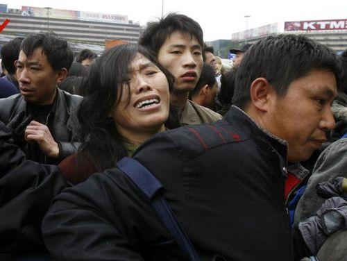 На железнодорожном вокзале г.Гуанчжоу ожидают поездов более 100 тысяч человек. Фото: China Photos/Getty Images