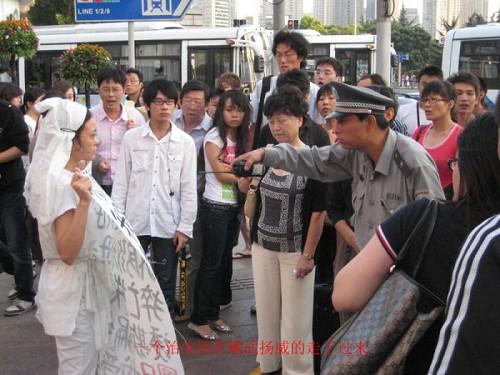 Протест от безысходности на улице Шанхая. Фото с epochtimes.com