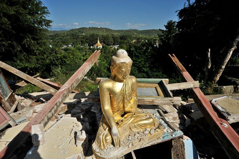 Мандалай, Мьянма, 12 ноября. Землетрясение магнитудой 6,8 не пощадило стены монастыря, однако статуя Будды осталась нетронутой. Фото: Kaung Htet/Getty Images