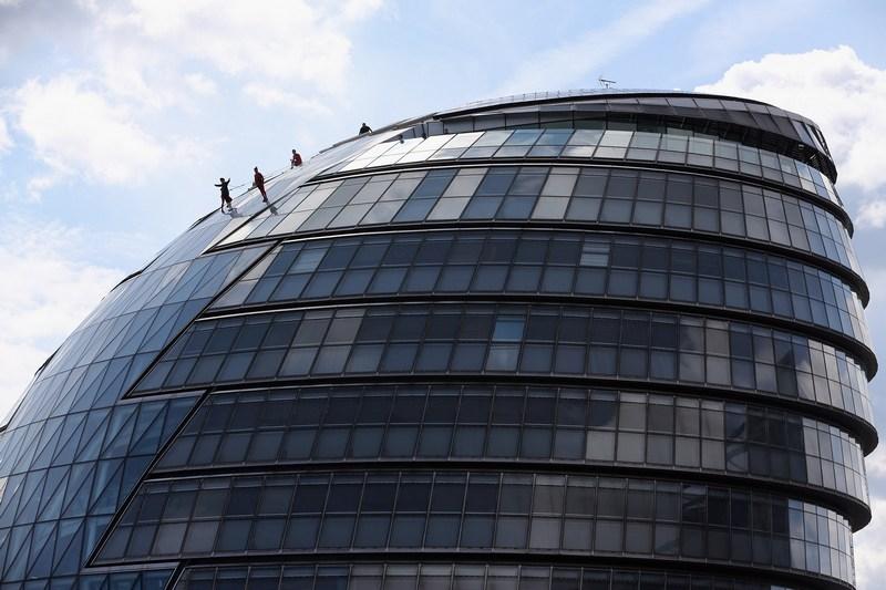 Лондон, Англия, 15 июля. Группа экстремального танца американского хореографа Элизабет Стреб выступает на крыше Сити-холла в рамках представления «Один необычный день». Фото: Dan Kitwood/Getty Images