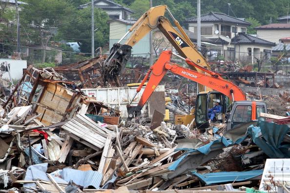 Важка техніка розгрібає уламки в м. Отсучі, префектура Івате. Фото: Kiyoshi Ota/Getty Images
