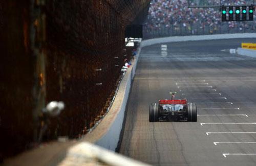 Пилот команды McLaren Льюис Гамильтон (Lewis Hamilton) участвует в гонках в течении квалификации Гран-при США. Фото: Clive Mason/Getty Images