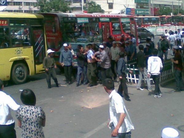 Люди проучили начальника городских контролёров. 31 мая 2009 год. Город Ланчжоу. Фото с epochtimes.com
