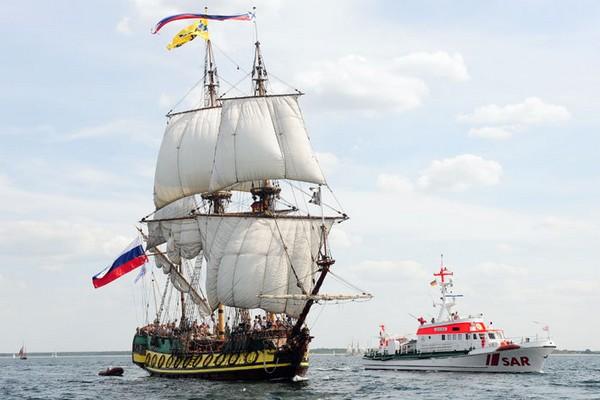 Российский фрегат Штандарт - современная реплика первого военного корабля балтийского флота, построенного в 1703 году на Олонецкой верфи. Фото: Archiv Hanse Sail Rostock