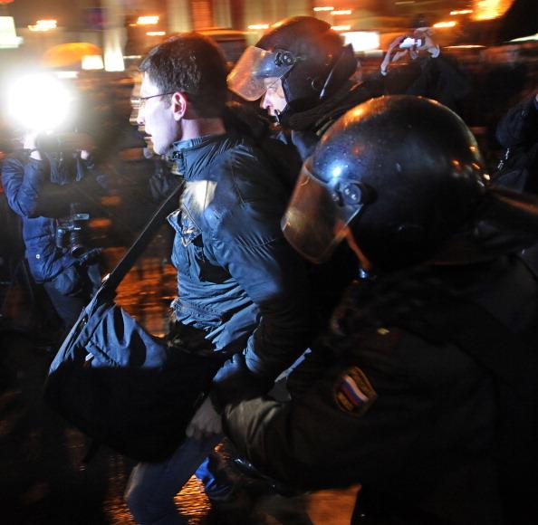 Міліція оточила Манежну площу та перекрила прохід із Тверської вулиці до Гоcдуми. На центральних станціях метро також ввели посилені заходи безпеки. Фото: ANDREY SMIRNOV/AFP/Getty Images