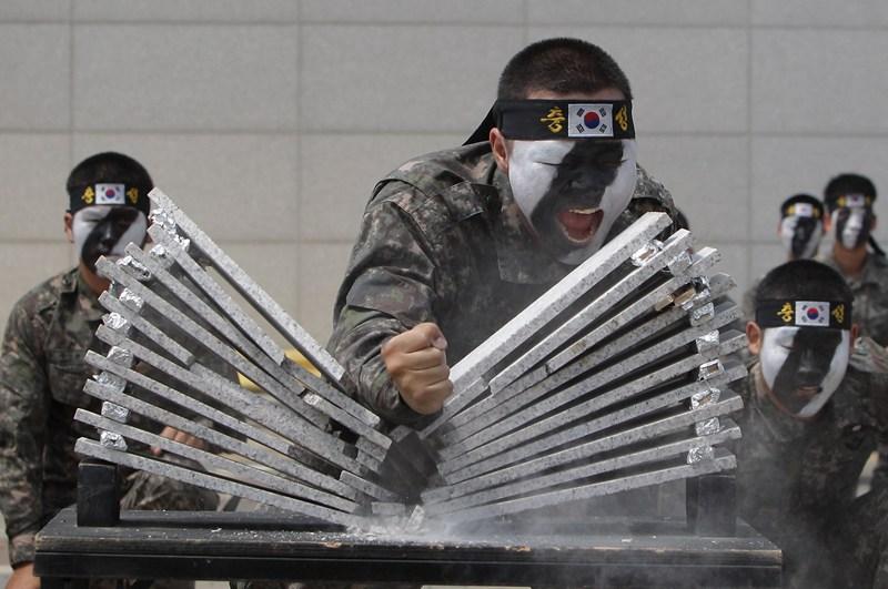 Сеул, Південна Корея, 13 червня. Солдат демонструє свої навички на антитерористичних навчаннях. Фото: Chung Sung-Jun/Getty Images