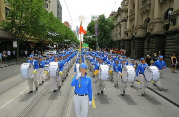 Во главе шествия шёл Небесный оркестр. Мельбурн, Австралия. 3 декабря 2009 г. Фото: Чен Мин/ The Epoch Times