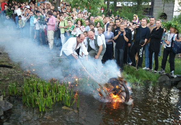 Огненное колесо спускают в воду. Фото: Владимир Бородин/The Epoch Times