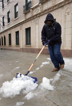 Чикаго. США. Уборка снега.  11 апреля 2007 года. Фото: Scott Olson/Getty Images