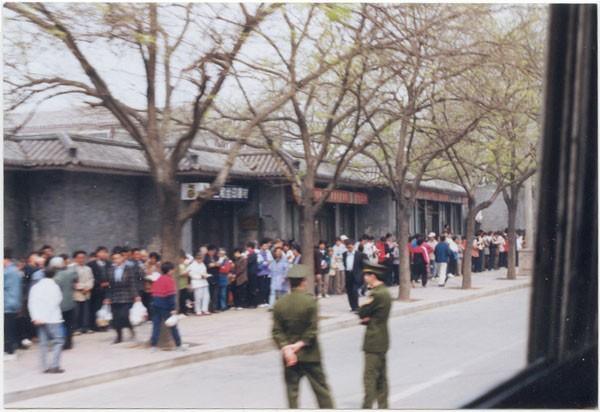 25 апреля 1999 г. более 10 тыс. последователей Фалуньгун приехали в Пекин, чтобы обратиться к правительству. Фото с epochtimes.com