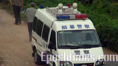 Более тысячи человек были направлены для снесения жилья семьи Е Цзиньди в деревню Дачжуццяо властями района  Чжаньтан (Китай). Фото: Великая Эпоха