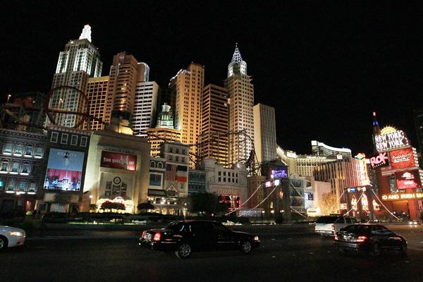 Лас-Вегас – это более восьмидесяти казино, тысячи игровых павильонов, шикарные отели и, конечно же, каждодневные концерты и шоу, которые притягивают туристов со всего мира. Фото: Bruce Bennett/Getty Images