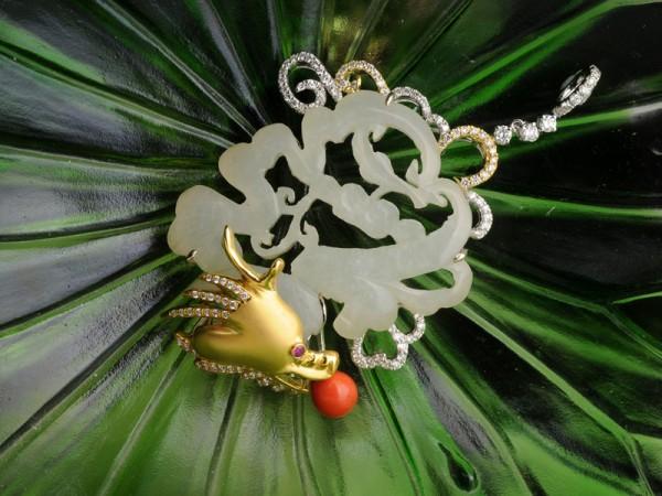 Ювелірний виріб «Китайський дракон» зроблено з нефриту, коралів і діамантів. Фото: Ван Пейнань