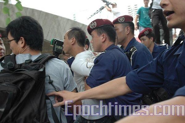 Полицейские незаконно арестовали активиста-демократа Ли Цьенжуна. Фото: Ан Чи/ The Epoch Times
