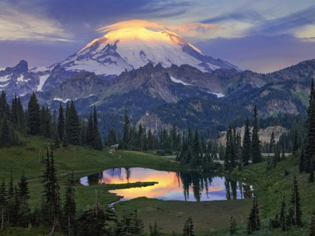 Лучи зари освещают вершину спящего стратовулкана Рейнир. На переднем плане — озеро Типсо. Штат Вашингтон. Фото: Bob Kim/outdoorphotographer.com