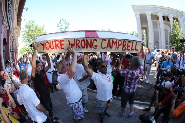 Англійські фанати несуть труну з написом «Ви помиляєтеся, Кемпбелл». Колишній гравець англійської збірної Сол Кемпбел закликав англійців не їхати на Євро-2012 через загрозу расизму і насильства. Фото: Alexander KHUDOTEPLY/AFP/Getty Images