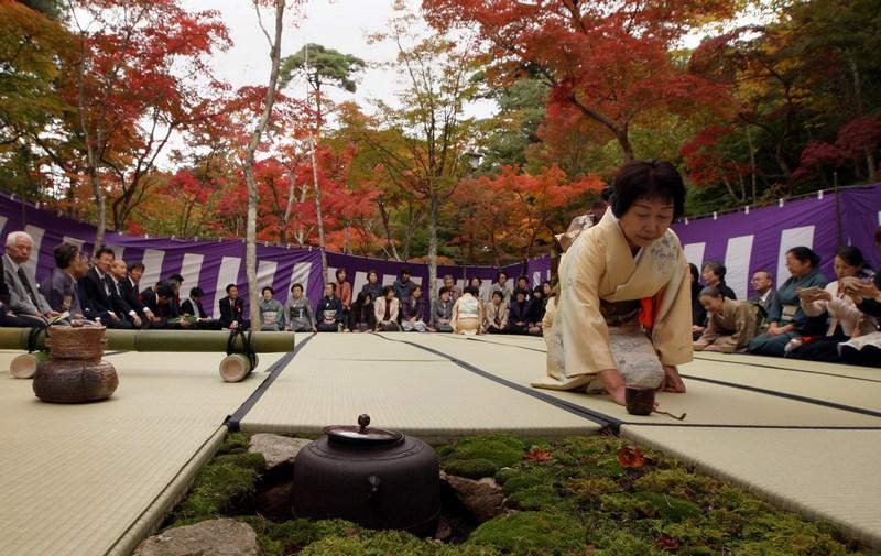 Кобе, Япония, 2 ноября. Мастер чайной церемонии готовит зелёный чай в память о правителе 14 века Тоётоми Хидэёси, который посещал эти места и восхитился чайной церемонией. Фото: Buddhika Weerasinghe/Getty Images