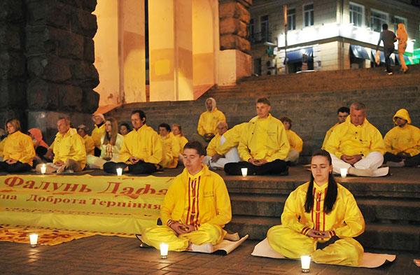 Последователи Фалуньгун во время акции памяти по своим погибшим единомышленникам в Китае. 14 мая 2011 года. Фото: The Epoch Times Украина