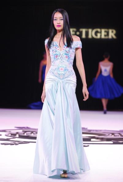 Презентация коллекции от NE Tiger Haute Couture 2011 на Неделе моды в Пекине. Фото STR/AFP/Getty Images