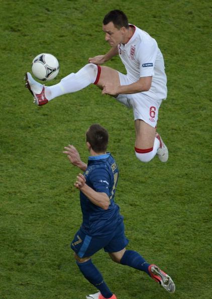 Джон Террі (Англія) в боротьбі за м'яч, 11 червня, Донецьк. Фото: CARL DE SOUZA/AFP/GettyImages