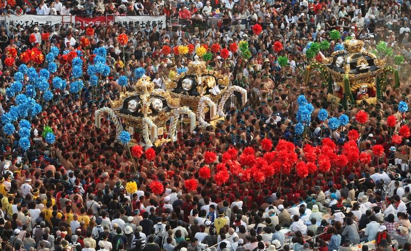 Хімедзі, Японія, 15 жовтня. Парад переносних святилищ «ятай» проходить під час свята Нада-но Кенка. Кожне «ятай» важить близько двох тонн. Фото: Buddhika Weerasinghe/Getty Images